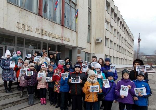 В преддверии Дня памяти жертв ДТП в Энгельсе прошла акция с участием школьников